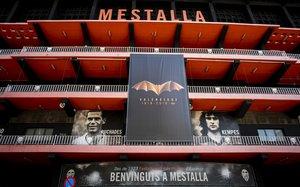 El logo del centenario del Valencia CF en la fachada principal del Estadio de Mestalla / Miguel Lorenzo