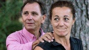 Lola Fernández Ochoa y Adrián Federighi, hermana y cuñado de la desaparecida, atienden a los medios en Cercedilla (Madrid), donde continúa la búsqueda de Blanca.