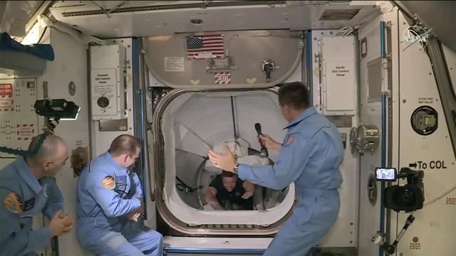 Los astronautas de la nave de Space X desembarcan en la Estación Espacial Internacional.