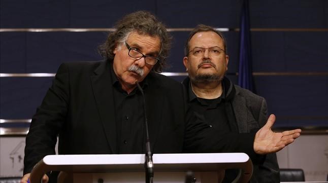 Los diputados de ERC, Joan Tardá y Joan Olòriz, en rueda de prensa.