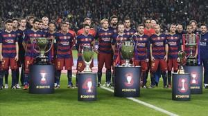 Los futbolistas del Barça posan con los cinco títulos conseguidos en este 2015