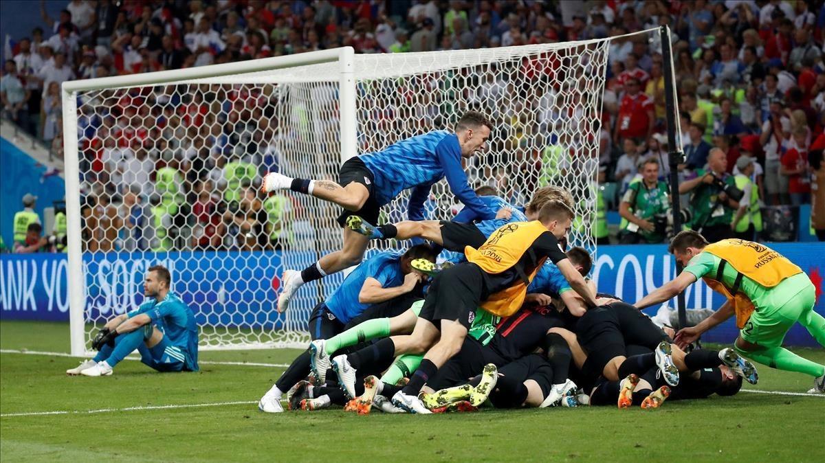 Los jugadores croatas se abalanzan sobre Rakitic tras eliminar a Rusia.