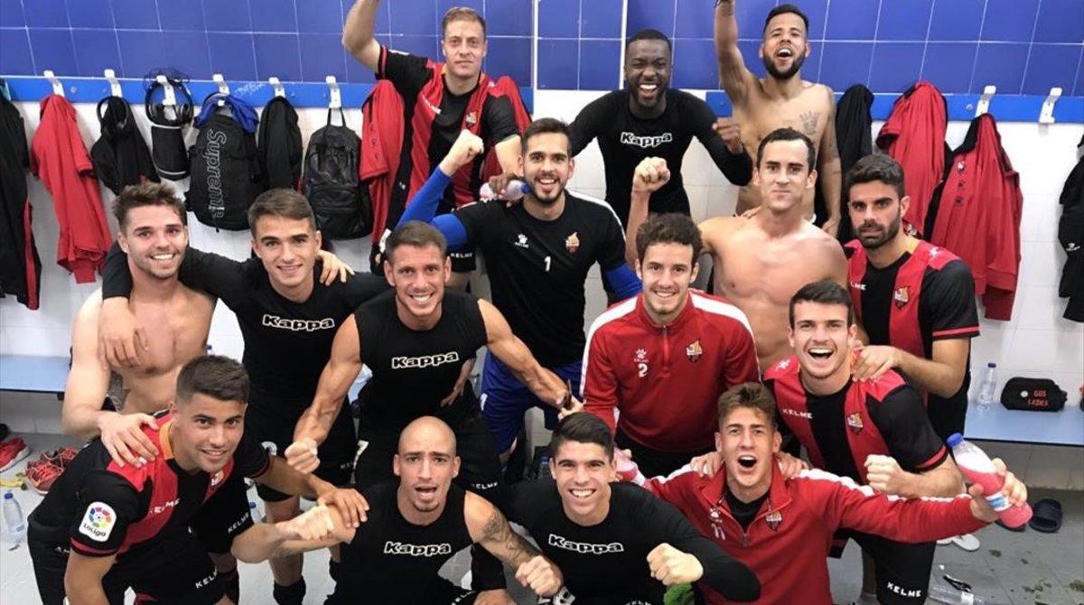 Los jugadores del Reus celebran el triunfo de Alcorcón en el vestuario.