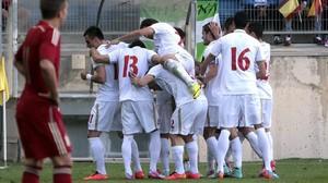 Los jugadores de Serbia celebran un gol en el Ramón de Carranza.