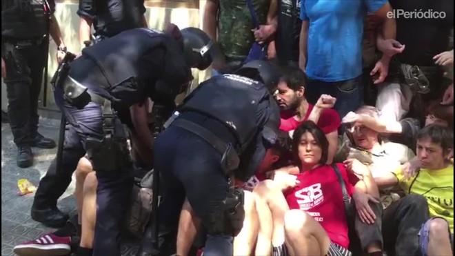 Los Mossos blindan un desahucio en Sant Antoni.