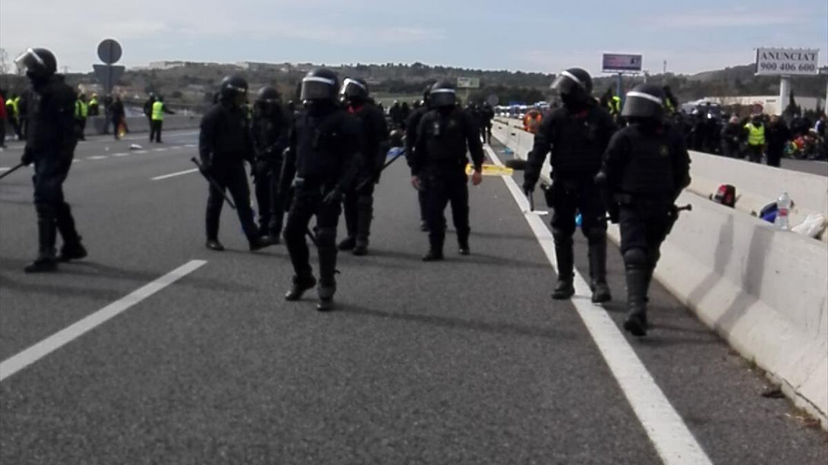 Los Mossos desalojan la AP-7 a la altura de Figueres.