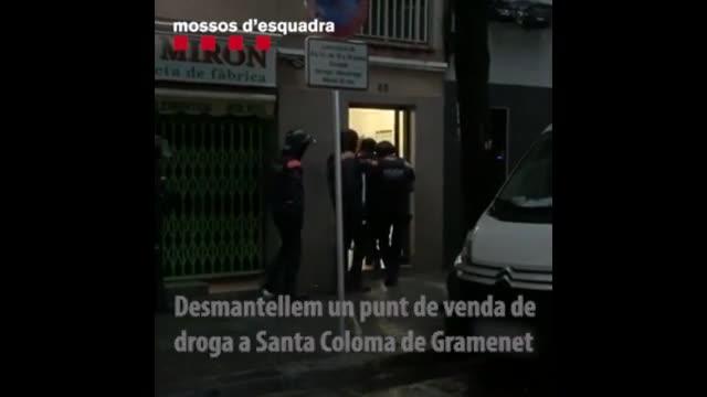Vídeo editado por los Mossos de la entrada policial en un piso de Santa Coloma donde se vendía droga.