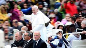 Los niños acompañan al Papa mientras saluda a los fieles a su llegada a a la plaza de San Pedro.