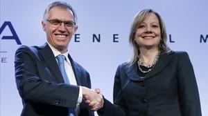 Los presidentes de PSA, Carlos Tavares, y de General Motors, Mary Barra, tras anunciar el acuerdo sobre Opel.
