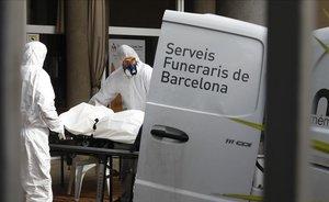 Los servicios funerarios retiran dos cadáveres del geriátrico Fundació Casa Asil de Sant Andreu de Palomar