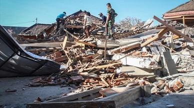 Más de 200 réplicas dificultan el rescate de supervivientes en Indonesia