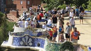 Turistas, de visita porel recinto del parque Güell, de Antoni Gaudí.
