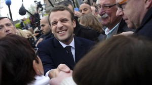 Macron saluda a simpatizantes tras votar en Le Touquet (norte).