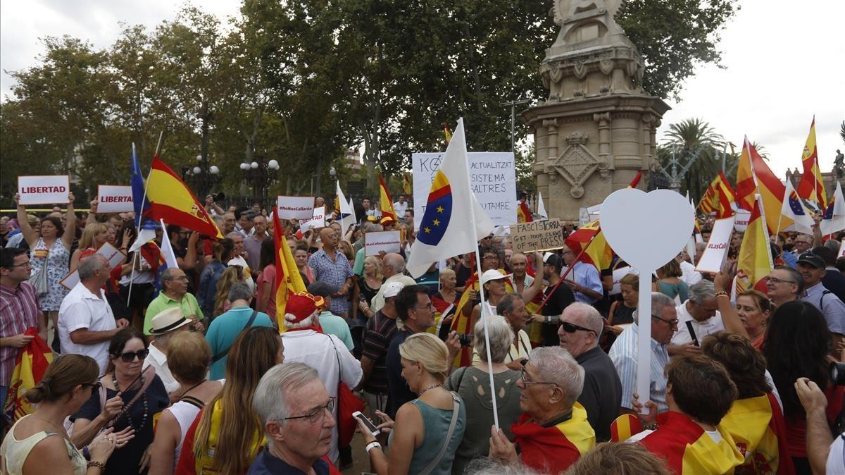Manifestación convocada por Ciutadans en el parque de la Ciutadella contra la agresión a la mujer que quitaba lazos amarillos, este miércoles.