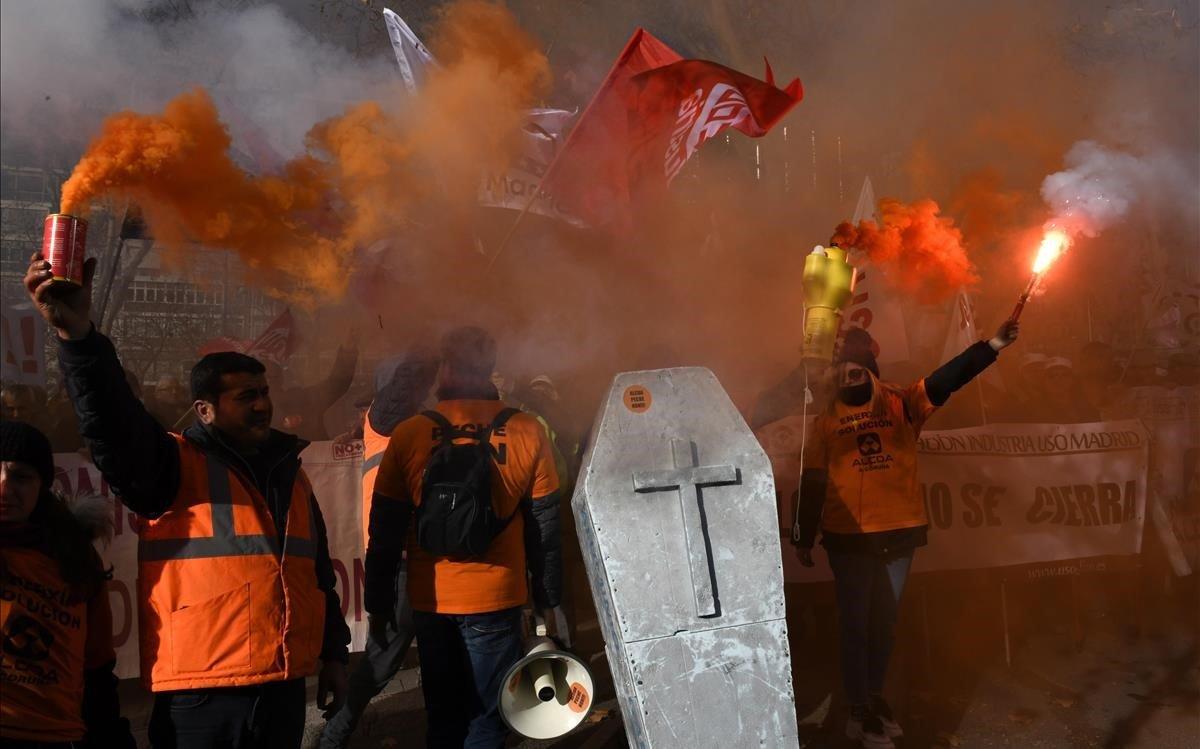 Manifestación de trabajadores de Alcoa de Avilés y A Coruña ante el Ministerio de Industria por el conflicto laboral que afrontan.