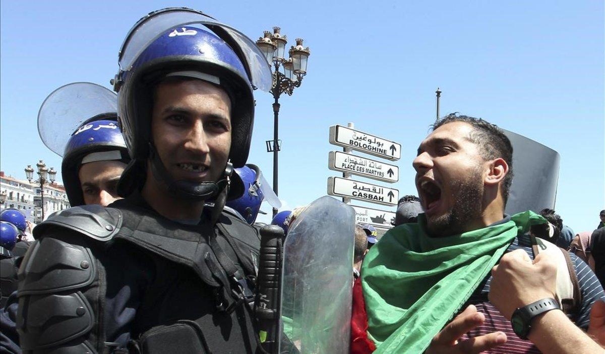Un manifestante grita ante un policía antidisturbios durante unas protestas en Argel, el pasado martes.