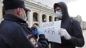 Un manifestante protesta en San Petesburgo por la votación sobre la reforma constitucional.