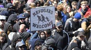 Manifestantes sostienen una pancarta de bienvenida a los refugiados, en una marcha en Colonia.