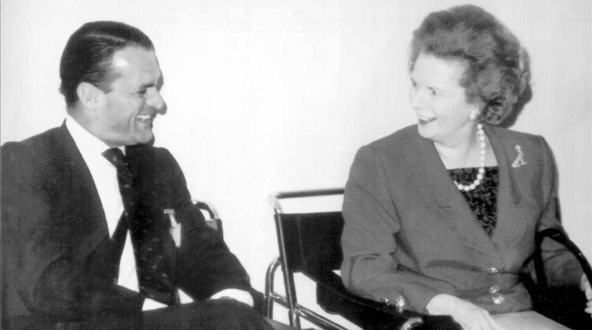 La exprimera ministra británica, Margaret Thatcher, conversa con Mario Conde durante un encuentro mundial de seguros.