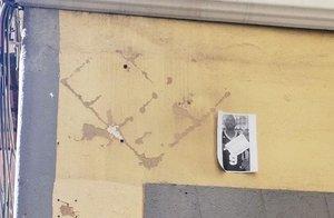 Retiran la placa en honor al mantero fallecido Mbaye, situada en la Calle del Oso en el barrio madrileño de Lavapiés.