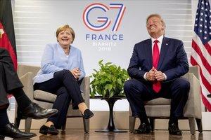 El presidente norteamericano Donald Trump y la cancillera alemana Angel Merkel se ríen durante la cumbre del G/ en Biarritz.