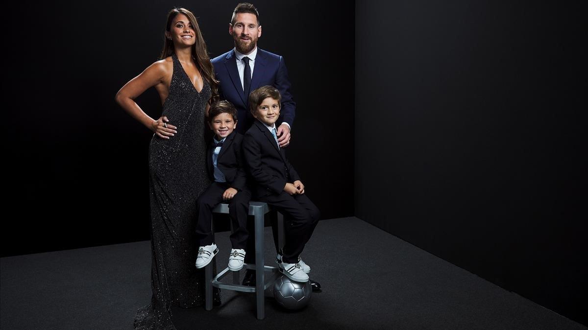 Messi junto a Antonella, su esposa, y Thiago y Mateo, los dos hijos mayores de los tres que tiene.