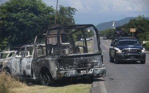 Vehículos de la policía de Méxicototalmente calcinados luego de ser atacadas por criminales.