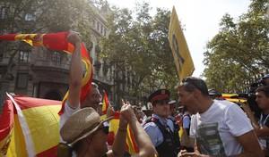 Miembros de los CDR y grupos monárquicos se increpan en el acto de homenaje a las víctimas.