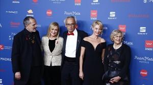 Miguel Bosé, Cristina Cifuentes, el doctor Bonaventura Clotet (fundador y director de la Fundación), Belén Rueda y Manuela Carmena posan en laSeptima Gala del SIDA 2016, que se celebró por primera vez en Madrid, el 21 de noviembre.