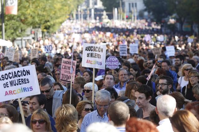 Miles de personas participan en una marcha contra la violencia machista