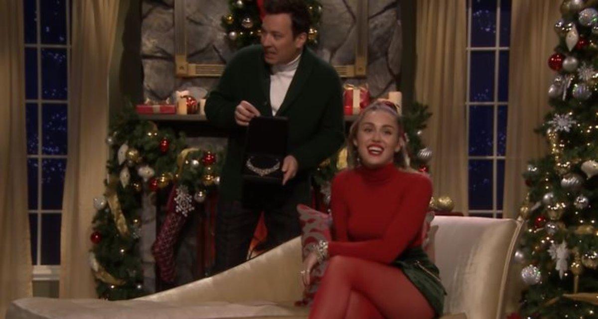 Miley Cyrus convierte un clásico villancico en un himno feminista