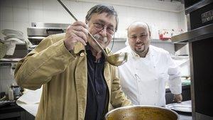 Miquel Sen, junto a Jordi Esteve, chef del restaurante Nectari de Barcelona.