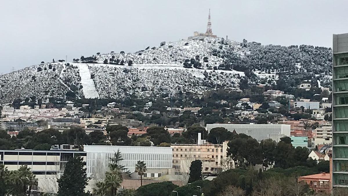 La montaña del Tibidabo emblanquecida por la nieve.