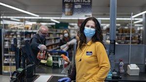 Montse Balada, cajera de un supermercado.
