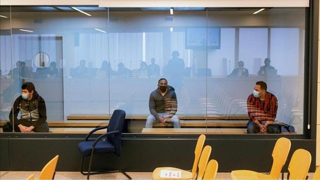 Un 'mosso' que se cruzó con Younes Abouyaaqoub tras el atropello de la Rambla dice que tenía cara de satisfacción. En la foto, los acusados Mohamed Houli Chemial, Driss Oukabir y Said Ben Iazza, durante el juicio en su contra que se celebra en la Audiencia Nacional.
