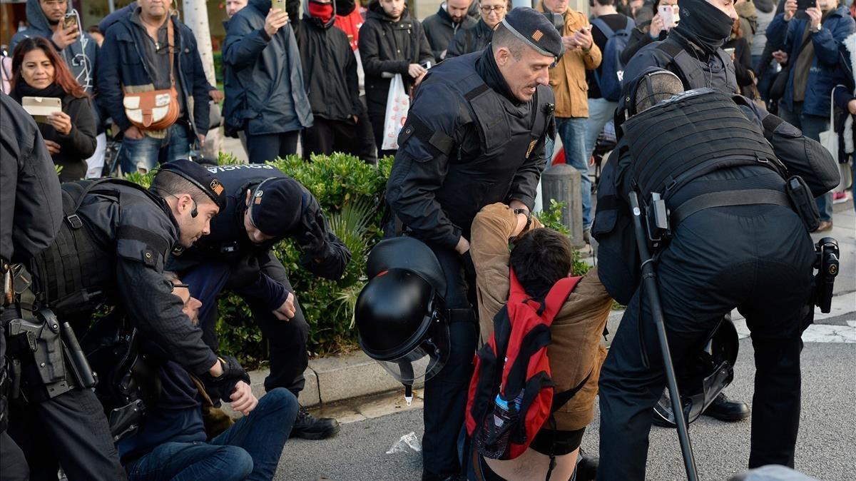 Mossos dEsquadra desalojan a los manifestantes que impiden el tráficoenla plaça Cerdà de Barcelona.