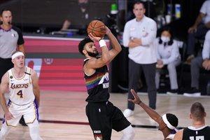 Murray lanza a canasta en presencia del base de los Lakers, Caruso