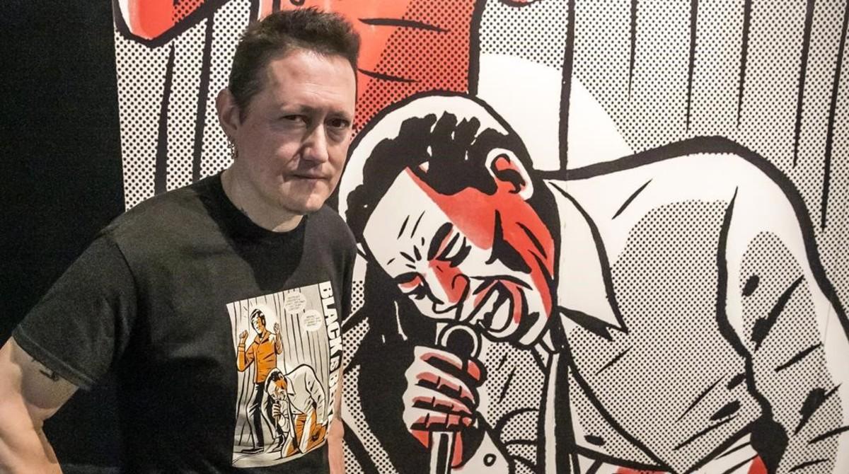 El músico y cineasta Fermin Muguruza, ante una viñeta ampliada del cómic 'Black is Beltza', cuya exposición presenta en el Arts Santa Mònica.