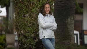 La nadadora Jessica Vall posa en el jardín del CN Sant Andreu, el club donde se siente como en casa y prepara el reto olímpico.