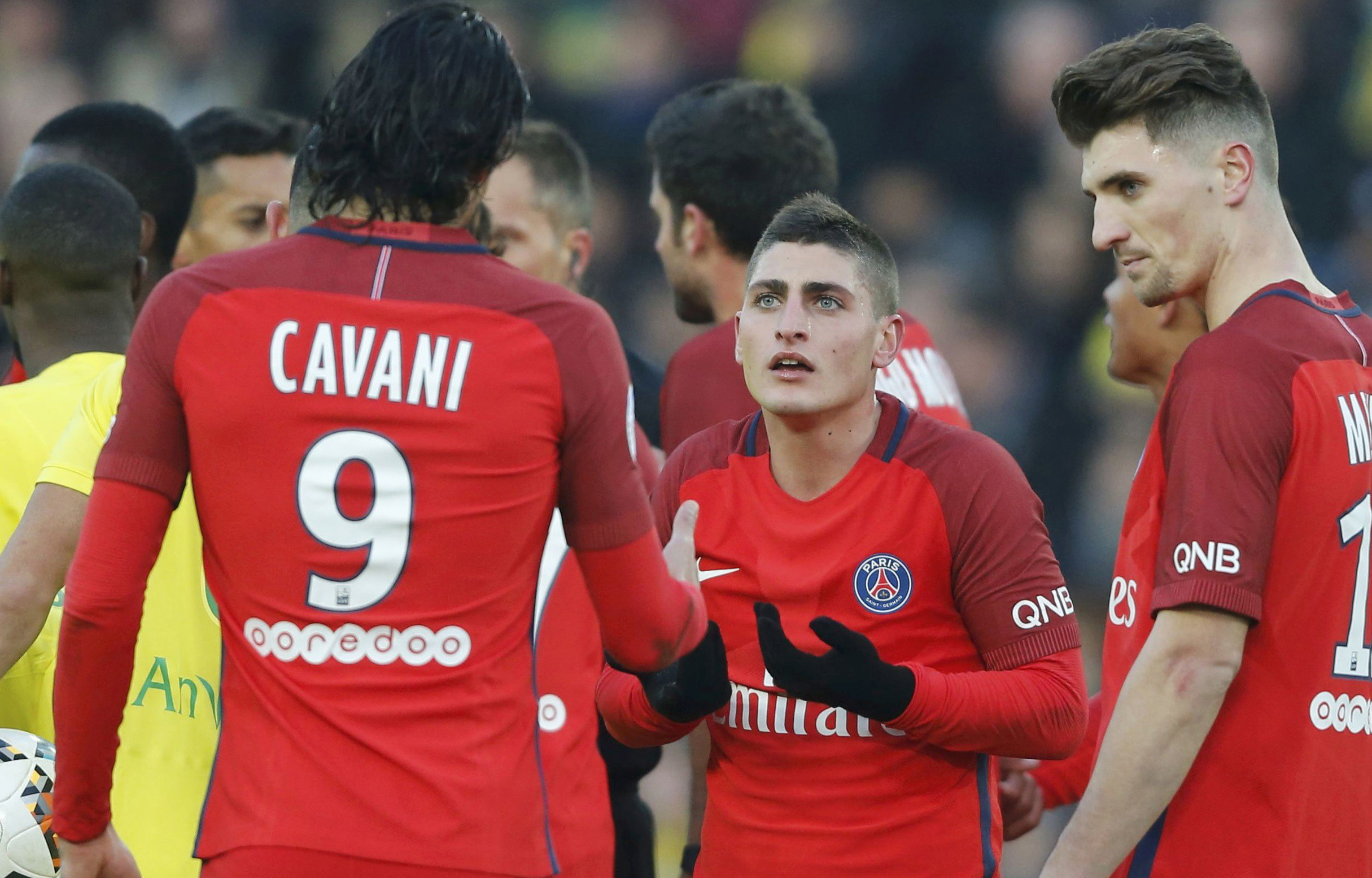 Marco Verratti comparte su incredulidad con Cavani por ver la tarjeta amarilla.