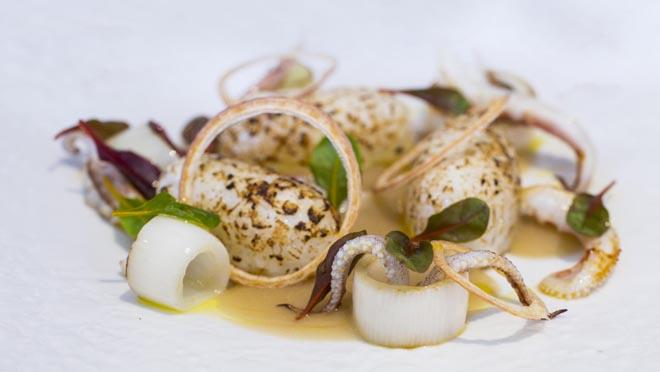 Albert Sastregener, chef del restaurante Bo.TiC, explica cómo hace la receta de nigiri de calamar con crema de cebolla.