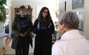 Nora Maynard y Carly Nix, voluntarias de Sanders, piden el voto para su candidato en casa de una votante demócrata.