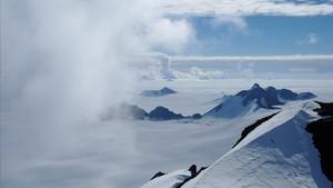 Nubes de verano alrededor de los Picos Staccato de la Isla Alexander, en la Antártida, en una imagen facilitada por 'Nature'.