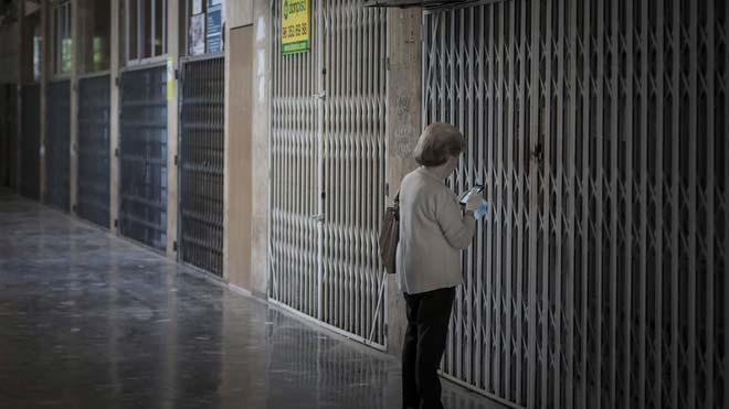 El número total de parados se situó en 3.368.000 al finalizar junio. En la foto, comercios cerrados en València, el pasado mayo, en fase 0 de la desescalada.