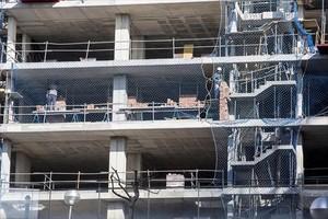 Obreros en un edificio cuya construcción había estado parada.