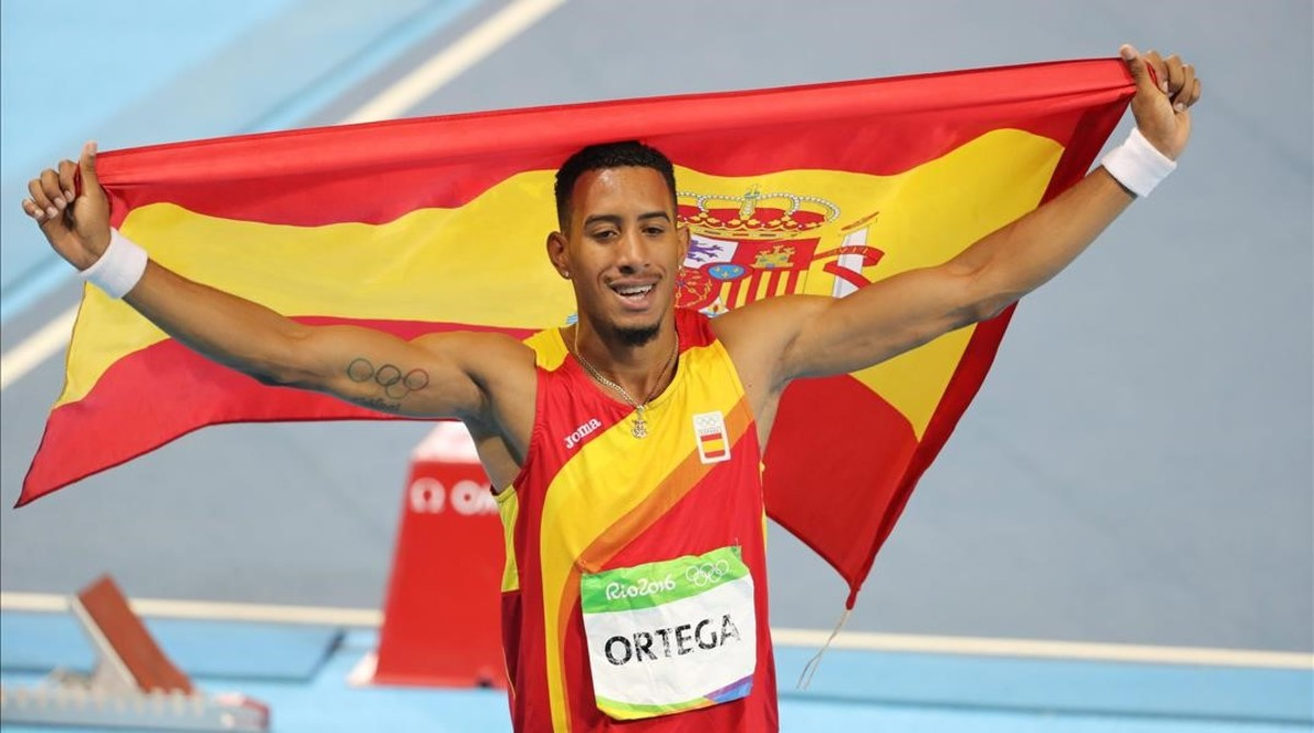 Orlando Ortega, paseando la bandera española.