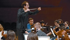 Pablo González y la OBC, en un ensayo del concierto de fin de temporada.
