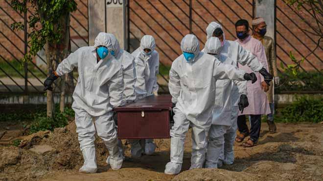 La pandemia de coronavirus supera las 346.000 víctimas mortales en todo el mundo. En la foto, funeral por una víctima del coronavirus en Daca (Bangladesh).