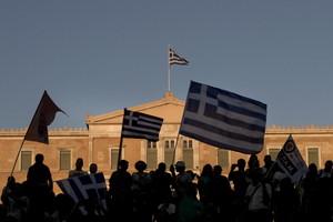 Partidarios del Oxi (no) agitando sus banderas, este domingo, delante del Parlamento griego.