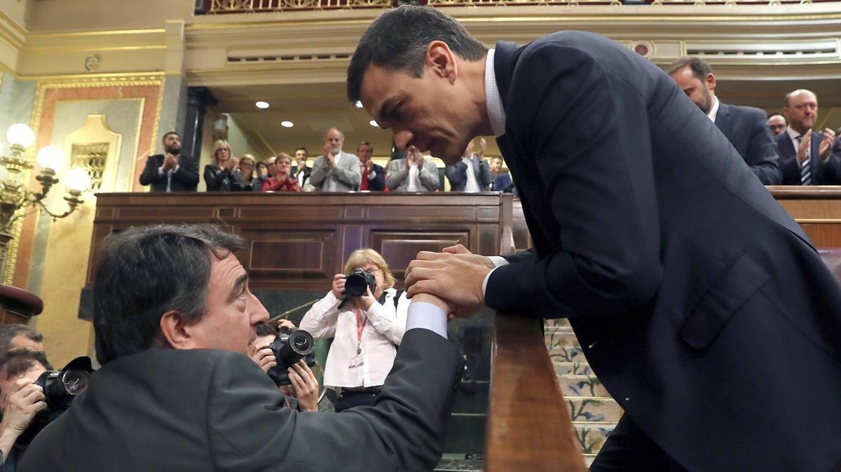 Pedro Sánchez saluda al portavoz del PNV, Aitor Esteban, tras conocerse el resultado de la votación.